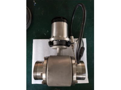 Battery power electromagnetic flow meter with pressure measuring
